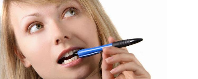 Peligros de chupar o morder bolígrafos